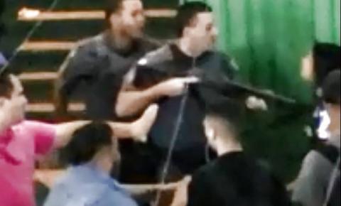 PM empurra estudante com cano de arma durante protesto em escola de SP