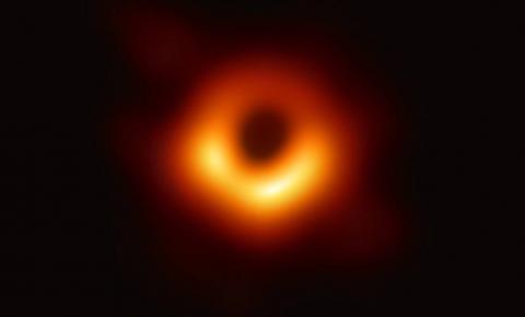 Astrônomos revelam primeira imagem de um buraco negro já registrada
