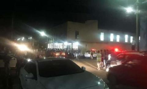 Homem ataca ex e depois atira em fiéis de igreja. Quatro pessoas morreram