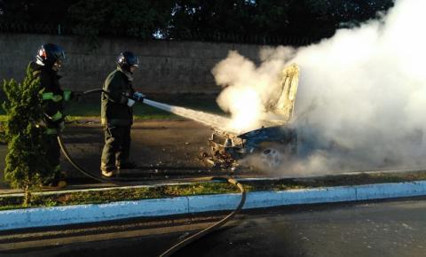 Fogo destrói carro em Nova Odessa
