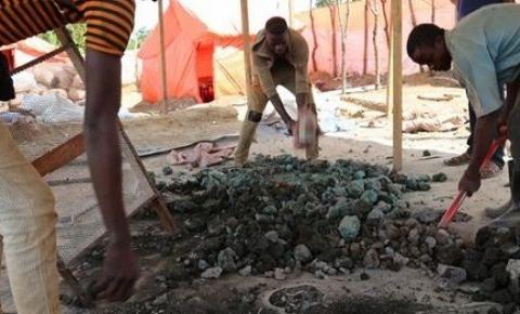Mina de ouro desaba e mata 13 mineiros