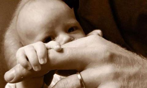 Príncipe Harry compartilha foto de seu filho Archie no Dia dos Pais britânico