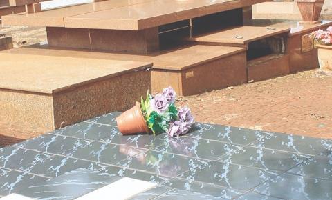 Ladrões tiram caixão da sepultura para roubar joia de cadáver em Sumaré