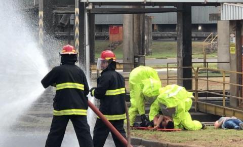 Choque entre microônibus e caminhão com gás tóxico mobiliza Bombeiros de S.Bárbara e Americana