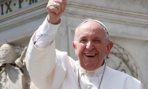 Papa foi resgatado por bombeiros após ficar 25 minutos preso em elevador
