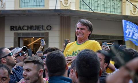 Apoiadores cantam parabéns a Bolsonaro por 1 ano da facada