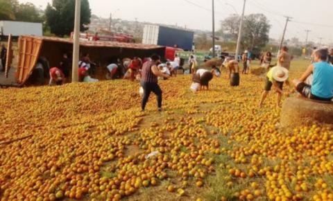 Carreta tomba e população 'recolhe' carga de laranjas em S. Bárbara