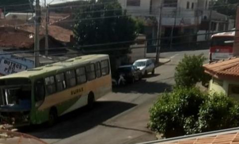Sem freio, ônibus invade casa em Santa Bárbara