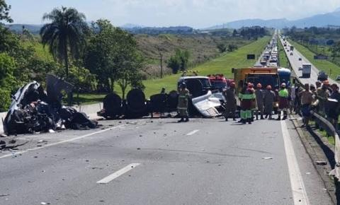 Acidente mata cinco pessoas e interdita rodovia