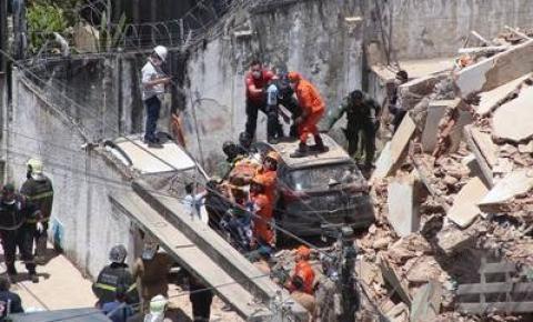 Bombeiros buscam sobreviventes em prédio que ruiu