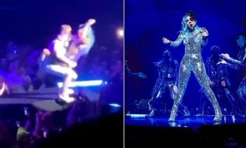 Lady Gaga cai do palco após ser carregada por fã durante show