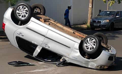 Palio bate em carro parado, capota e deixa um ferido em Nova Odessa