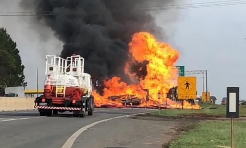 Colisão entre caminhões e explosão bloqueia Anhanguera