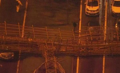 Passarela cai e atinge ônibus na marginal Tietê