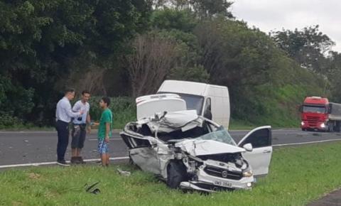 Motorista perde controle e capota carro na SP-304