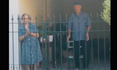 Isolamento: idosa recebe os parabéns no portão de casa