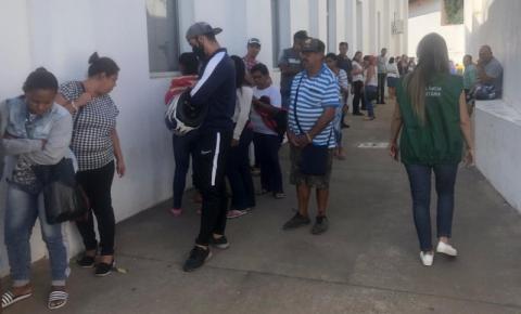 Vigilância Sanitária flagra mais de 100 pessoas em fila de banco