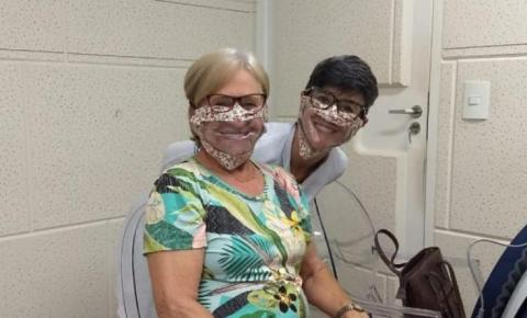 Empresa produz máscaras transparentes para doação a deficientes auditivos