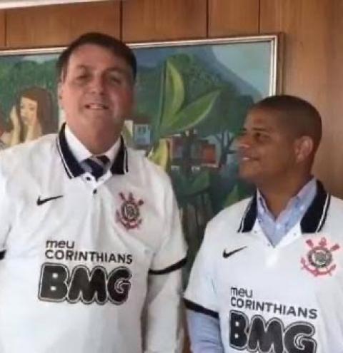 Corinthianos se revoltam com Marcelinho após Bolsonaro usar camisa do clube