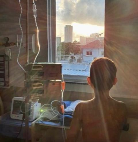 Criança de 9 anos que contraiu síndrome rara após Covid-19 é curada
