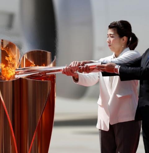 Revezamento da tocha olímpica de Tóquio deixa população dividida