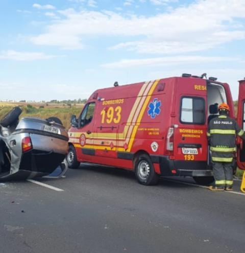 Motorista perde controle e carro capota várias vezes na SP-304