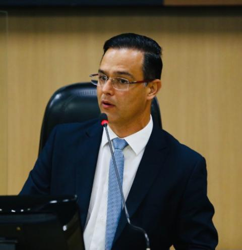 Thiago Brochi quer cassar alvará de casas noturnas que promoverem aglomeração