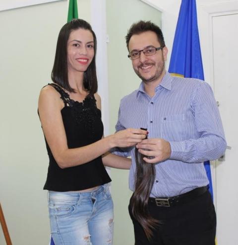 Prefeito Luiz Dalben recebe cabelos para doação ao Fundo Social