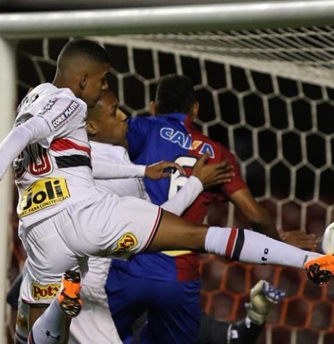 Com time misto, São Paulo vence Paraná na estreia no Brasileirão