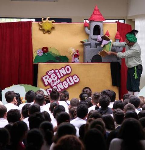 """Projeto cultural """"Um Reino Sem Dengue"""" percorre as escolas públicas da região de Campinas até o mês de maio."""
