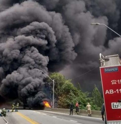 Motorista morre carbonizado após caminhão tombar e explodir